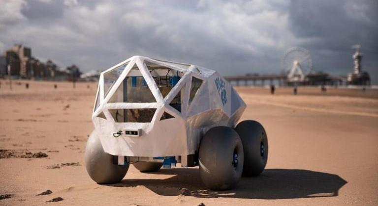 porno en las noticias y un robot que limpia las playas